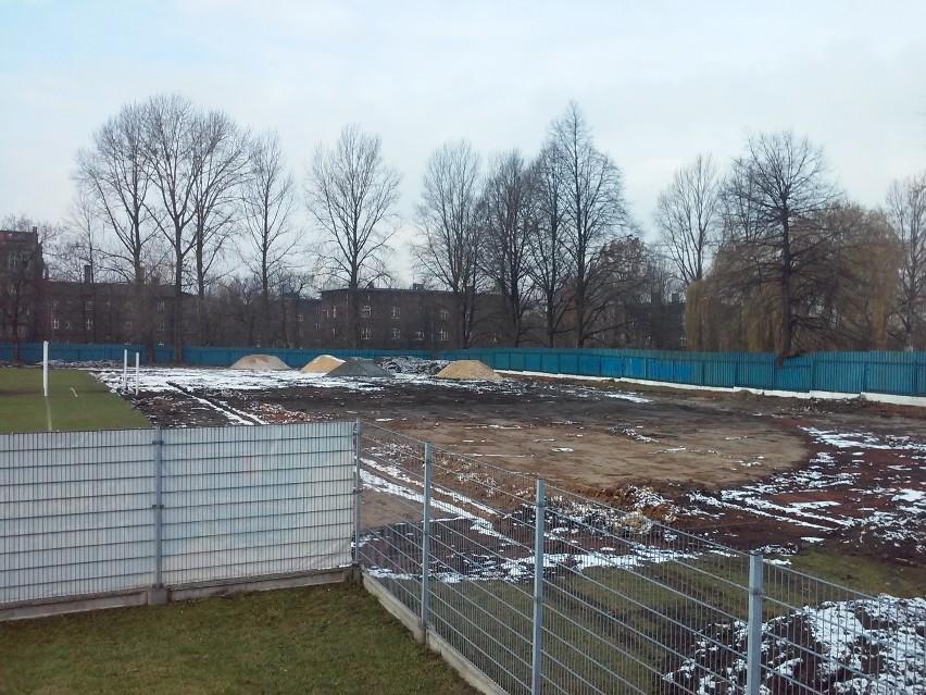 Na terenie ŚKS Naprzód Lipiny powstaje nowe boisko do piłki nożnej. Kiedy będzie gotowe?