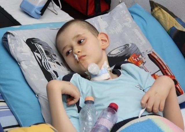 Kamil jest dzieckiem niepełnosprawnym i wymaga opieki całą dobę. Niestety nie jest objęty pomocą systemową, dlatego musi liczyć na pomoc takich stowarzyszeń, jak SPES