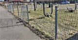 Wolbrom. Wandale zniszczyli ogrodzenie plenerowej siłowni nad Zalewem Wolbromskim. Burmistrz ruszył straż miejską, jak zrobiła się afera