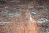 Ponad stuletnie tablice odkryte w warszawskich kanałach