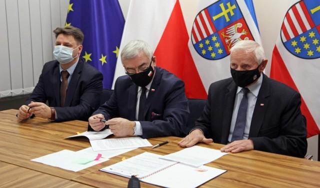 Od lewej:  Piotr Sołtyk, prezes Przedsiębiorstwa Gospodarki Komunalnej i Mieszkaniowej w Sandomierzu, marszałek Andrzej Bętkowski i członek Zarządu Województwa Świętokrzyskiego Marek Jońca .