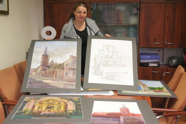 Elżbieta Pawelec prezentuje prace studentów, które można oglądać na wystawie m.in. w Łodzi.