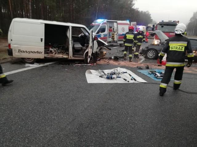 Jak informuje Komenda Miejska PSP w Bydgoszczy, w wyniku czołowego zderzenia samochodu osobowego Audi oraz VW T4 na DK nr 10 (na wysokości Solca Kujawskiego) zostały poszkodowane 3 osoby. Droga po wypadku została całkowicie zablokowana.   Do wypadku doszło około godziny 7 rano w piątek, 16 listopada. W działaniach brały udział 4 zastępy straży. Na miejscu pojawiło się również pogotowie ratunkowe oraz policja. - Trzy osoby zostały zabrane do szpitala - informuje w rozmowie z nami KM PSP w Bydgoszczy, której jednostki zostały wysłane na miejsce wypadku.  Jak informują strażacy z OSP w Solcu Kujawskim, których jednostki pomagały w akcji, wypadek wydarzył się pomiędzy ulicą Leśną, a Rudami. Strażacy musieli użyć sprzętu hydraulicznego aby uwolnić poszkodowanych.  Jak poinformowała nas przed godziną 9 OSP w Solcu Kujawskim, droga jest już przejezdna.    Zobacz: Stop Agresji Drogowej, odc 4.