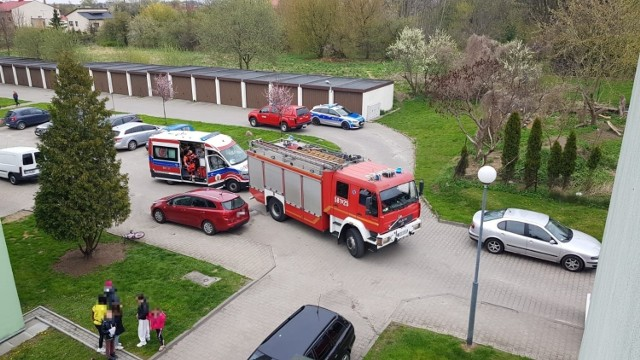 We wtorek 4 maja około godziny 15 doszło do pożaru mieszania przy ulicy Milenijnej w Zgierzu. Do zapłonu doprowadziło zalanie palącego się oleju wodą.  26-letni mężczyzna, znajdujący się sam w mieszkaniu, próbując ugasić palący się olej, doprowadził do jeszcze większego rozproszenia się ognia.   Podczas próby gaszenia oleju - wodą doszło do natychmiastowego odparowania wody i wyrzutu płonącego oleju.   W wyniku czego mężczyzna doznał poparzeń twarzy oraz rąk. Pożar rozprzestrzenił się na kuchnie, a jej wyposażenie uległo częściowemu spaleniu. Mężczyznę przetransportowano do Centralnego Szpitala Klinicznego w Łodzi.  Na miejscu pracowały 4 zastępy Państwowej Straży Pożarnej, Wojewódzka Stacja Ratownictwa Medycznego oraz Wydział Prewencji z powiatowej policji.