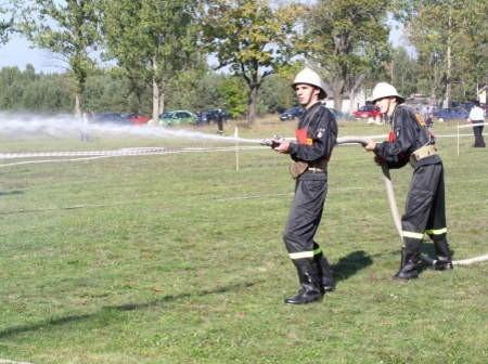 Najmłodsi uczestnicy zawodów pożarniczych w Gutowcu: Karol Fojut i Szymon Śpica z OSP w Będźmierowicach.