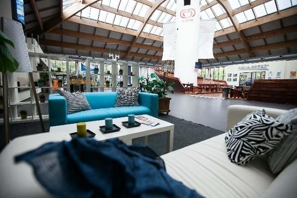 Anna Pawlak, rzecznik prasowy Fali powiedziała: – Pomysł dodatkowej aranżacji naszego wnętrza wyszedł od sieci IKEA i od razu bardzo się nam spodobał. Nowe meble, utrzymane w kolorystyce kojarzącej się z aquaparkiem, bo np. część sof jest turkusowa, ożywiły nasze nieco ascetyczne wnętrze i nadały mu domową atmosferę.