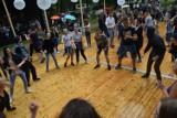 Zobacz film z miejskiej potańcówki. Nie przeszkodził nawet deszcz [WIDEO]