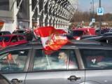 """Derby Łodzi. Kibice Widzewa samochodami """"odprowadzają"""" swoich piłkarzy na stadion przy al. Unii ZDJĘCIA"""