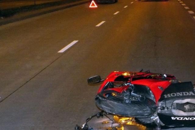 Motocyklista w Żorach jechał na jednym kole i uderzył w osobówkę