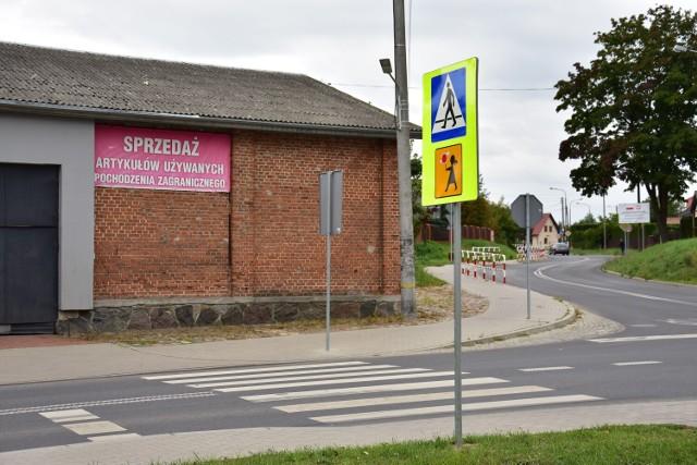 Przejście dla pieszych na ul. Aliantów w Żninie. To jedno z miejsc, gdzie niegdyś regularnie pracowały osoby przeprowadzające dzieci na drugą stronę jezdni.