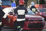 Zderzenie trzech aut osobowych w Sieradzu, w tym nauki jazdy. Dwie osoby w szpitalu ZDJĘCIA