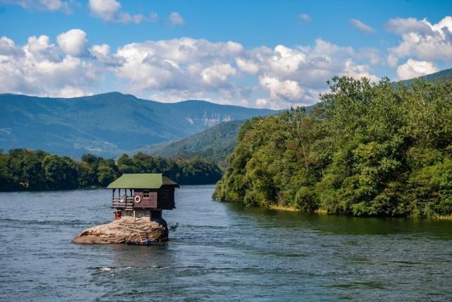 Na rzece Drinie oddzielającej Serbię od Bośni i Hercegowiny, na niewielkiej skale stanął w 1968 r. drewniany domek. Zbudowała go grupa pływaków, która chciała mieć schronienie na czas odpoczynku. Postawiony na żelbetowym fundamencie drewniany dom był już siedmiokrotnie niszczony przez wodę i odbudowywany. Dziś to popularna atrakcja turystyczna.