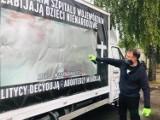 Nie ma kary za zamalowanie baneru na furgonetce przed szpitalem
