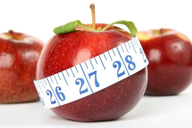 Jak wygląda 100 kalorii? Niezależnie od tego, czy jesteś na diecie czy nie, warto to wiedzieć. W końcu dziennie nie powinniśmy jeść więcej niż 2000-2500 kalorii, a wbrew pozorom łatwo to przekroczyć. Jak łatwo? Zobacz w naszej galerii!