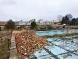 Trwają prace przy przebudowie basenu w Niewiadowie w gminie Ujazd. Jak będzie wyglądał? [ZDJĘCIA, WIZUALIZACJE]