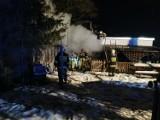 Groźny pożar domu mieszkalnego w Waplewie Wielkim - jedna osoba poparzona