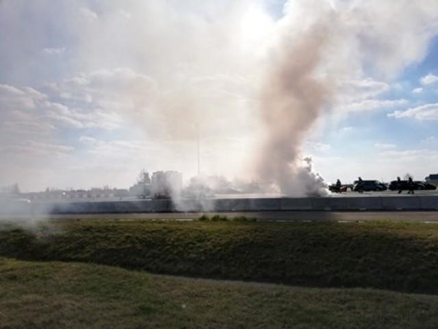 Samochód osobowy ford focus zapalił się na autostradzie A4 na punkcie poboru opłat w Karwianach