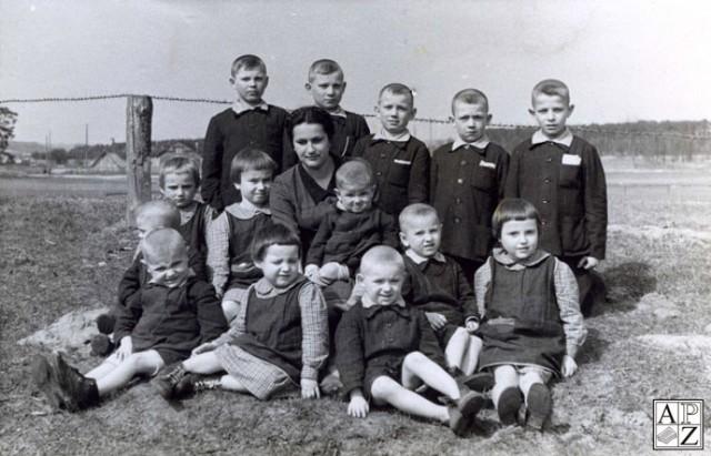 Dzieci z ochronki prowadzonej przez Jana i Różę Zamoyskich. Zdjęcie wykonano wiosną 1944 r.