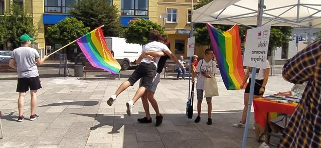 Tęczowy Kram w Brodnicy chętnie odwiedziła młodzież z naszego miasta. Pojawili się także rodzice z dziećmi, choć mniej licznie