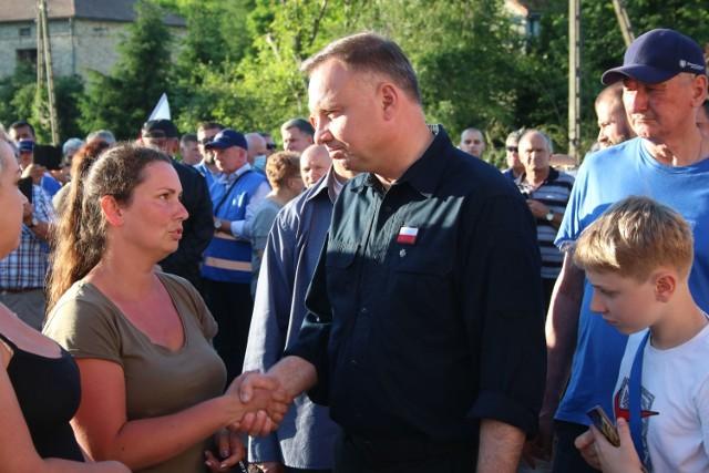 Podczas kampanii wyborczej, która zbiegła się z tragiczna powodzią na Jasielszyźnie, prezydenta Duda obiecał mieszkańcom Trzcinicy pomoc finansową. Mieli dostać odszkodowania nawet po 200 tys. zł.