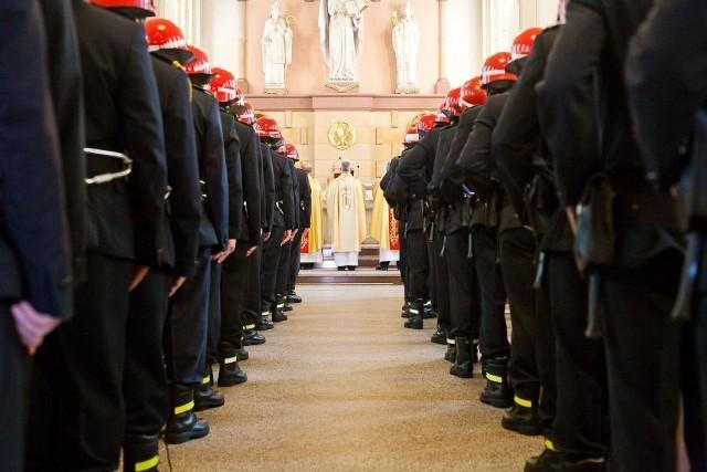Strażacy rozpoczęli świętowanie w kościele