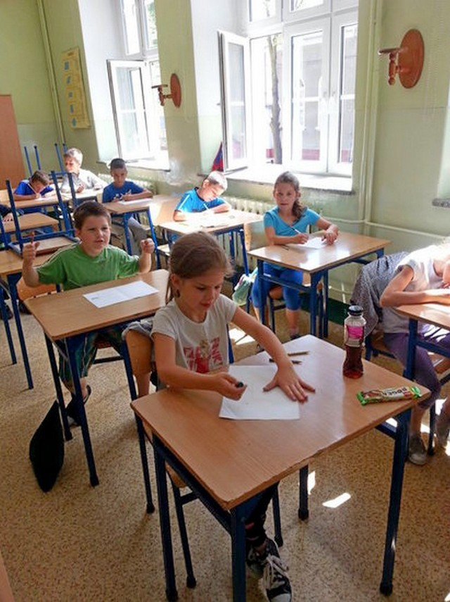Uczniowie sporo siedzą przy szkolnych ławkach. To także powoduje wady postawy