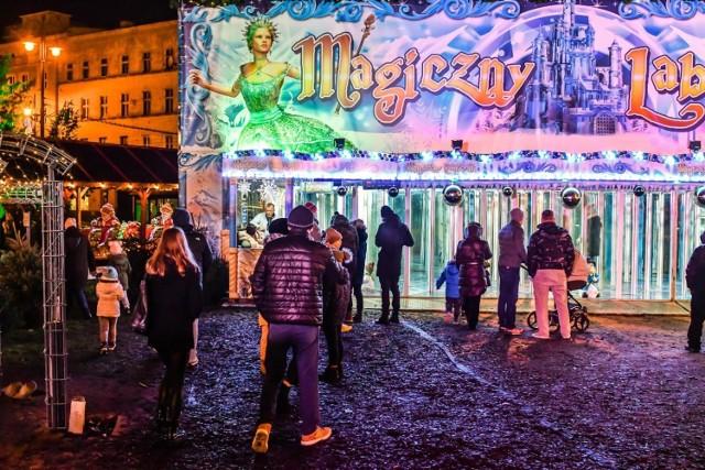 Na Moście Staromiejskim w trakcie Jarmarku Świątecznego pojawiło się kilkadziesiąt tysięcy odwiedzających, którzy chętnie korzystali z atrakcji oraz spędzali wspólnie przedświąteczny czas.  Drugiego dnia świąt ruszyła dalsza część zimowego miasteczka na Placu Teatralnym. Odwiedzający nadal mogą pojeździć expresem polarnym, wejść do pałacu luster, wypić grzańca, gorącej czekolady i coś przekąsić. W styczniu na Placu Teatralnym pojawi się także młyńskie koło, które pozwoli zobaczyć Bydgoszcz z góry.