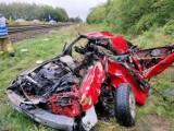 """Wypadek na przejeździe w Motylewie pod Gorzowem. Kobieta ratowała dzieci, kiedy samochód trawił ogień. """"To cud"""" - mówią policjanci"""