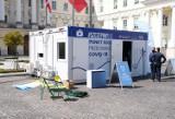 Warszawa. Mobilny punkt szczepień przeciw COVID-19 na placu Bankowym. W majówkę odbędą się tam szczepienia bez rejestracji