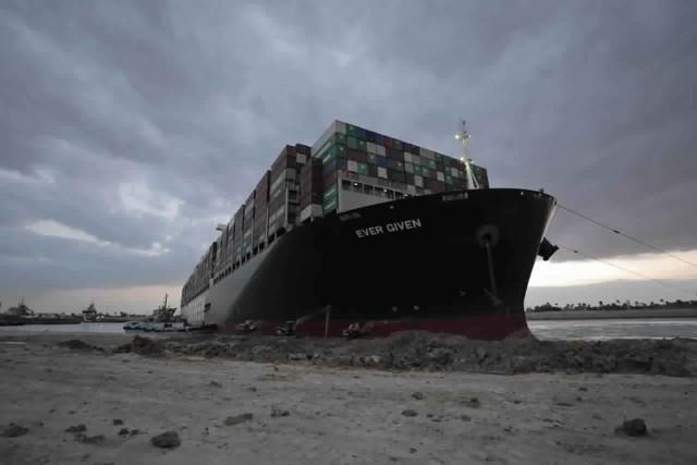 Ever Given blokujący Kanał Sueski