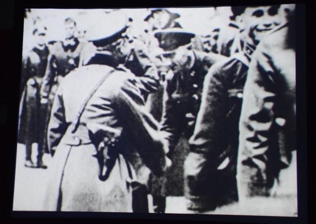 "Kadr z filmu ""Groby Katynia"""