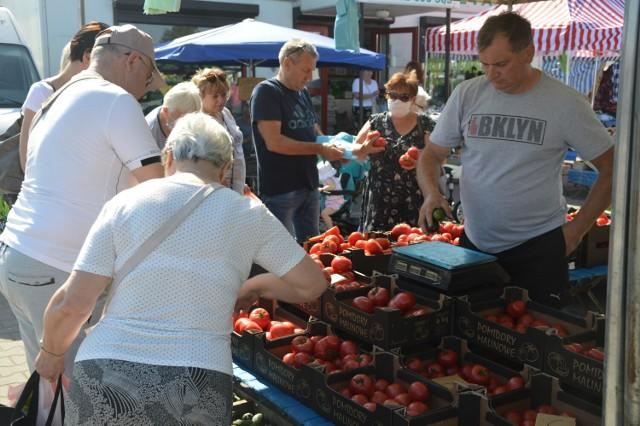 Świeże owoce i warzywa na targowisku w Wieluniu. Zobaczcie co i w jakich cenach można tam dostać
