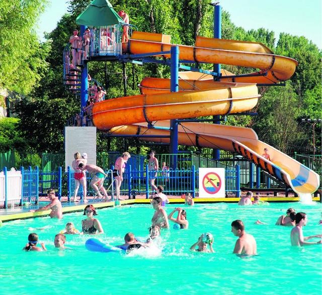 """W gorące dni, nie ma jak orzeźwienie w chłodnej wodzie. W Sosnowcu możemy to zrobić na Stawikach, ale jeśli ktoś woli basen, także nie powinno być z tym problemu. Czynne będzie na przykład kąpielisko """"Sielec"""". Cena biletu to 4,50 zł, ulgowy (młodzież, emeryci) płacą 3,50 zł. Natomiast dzieci do lat 7 pod opieką dorosłych mogą kąpać się za darmo."""