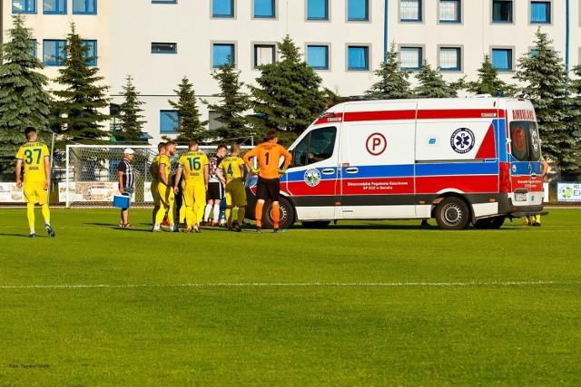 W piątek Ekoball Stal Sanok wygrała ligowe spotkanie z Czarnymi Jasło. Spotkanie rozpoczęło się fatalnie dla Krystiana Jaklika, który już w 1. minucie z nieznanych przyczyn upadł na murawę. Piłkarz stracił przytomność. Dzięki szybkiej interwencji piłkarzy i ratownika medycznego Jana Wojnarowskiego, Jaklik po około 20 minutach odzyskał przytomność. Następnie niespełna 24-latek został przetransportowany karetką do szpitala. - Krystian jest przytomny, znajduje się pod opieką lekarską i przechodzi szereg badań - informuje 4-ligowy klub z Sanoka.