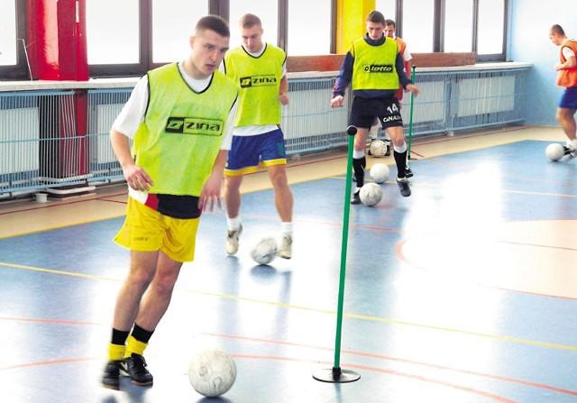 Piłkarze Mechanika Radomsko trenują w hali. O zajęciach w terenie, podobnie jak inni, mogą tylko pomarzyć