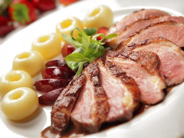 MENU 1: 1. Tatar z tuńczyka na musie z piklinga.  2. Kwiaty cukinii w tempurze faszerowane kozim serem.  3. Zupa kurkowa z kluseczkami kładzionymi.  4. Troć pieczona z risotto z rakami lub Pierś z gęsi z knedlami faszerowanymi truskawkami.  5. Copa Melba.  MENU 2:   1. Koktajl z krewetek.  2. Wariacje pierogów: z pstrągiem, ze szpinakiem i gorgonzolą, z batatami.  3. Chłodnik litewski z rabarbarem.  4. Zraz cięlęcy faszerowany kurkami z purre z zielonego groszku lub Dorsz w cieście filo z frytkami z batatów.  5. Sorbety owocowe.