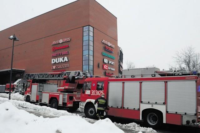 Ani komunikaty nadawane przez megafon, ani nawet wozy strażackie, które pojawiły się przed Galerią Łódzką, nie zrobiły na klientach większego wrażenia.