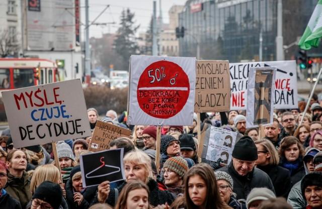 """W Polsce od lat toczy się dyskusja na temat aborcji. W kontrze stoją organizacje pro-life i aktywiści opowiadający się za złagodzeniem przepisów i legalną aborcją """"na życzenie"""". Tymczasem ministerstwo ujawnia dane za 2019 rok. Ile aborcji wykonano w Polsce? Ile w Podlaskiem?"""