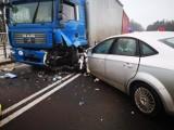 Wypadek na DK 25 w Tryszczynie. Ciężarówka zderzyła się z samochodem osobowym na nowym wiadukcie [zdjęcia]