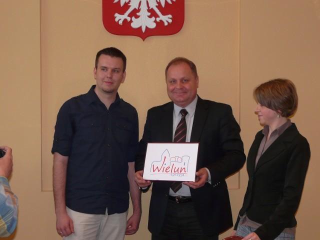 Podczas dzisiejszej konferencji burmistrz przedstawił zwycięzcę konkursu i jego pracę. 2,5 tysiąca złotych nagrody otrzyma Michał Dudek