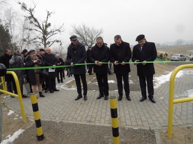 Dziś przecięciem wstęgi zaakcentowano zakończenie ważnej inwestycji dla ochrony Niziny Ciechocińskiej przed wiślaną falą. Modernizacja 12-kilometrowego wału przeciwpowodziowego, zbudowanego w XIX wieku, prowadzona była etapami od 2013 roku.  Właśnie zakończono modernizację ostatniego odcinka długości 3,6 km. Wał chroni 2 138 ha obszaru Ciechocinka oraz gmin Aleksandrów Kujawski i Raciążek. Mieszka tu ok. 20 tys. osób. Inwestycja kosztowała 37,6 mln złotych. Prowadził ją Kujawsko-Pomorski Zarząd Melioracji i Urządzeń Wodnych we Włocławku.   Na spotkaniu podsumowującym inwestycję pokazano film z drona i zdjęcia, ilustrujące stan wału przed modernizacją.