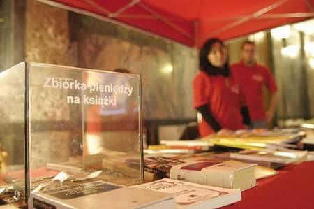 Świąteczny Kiermasz Książek każdego roku cieszy się dużym zainteresowaniem bywalców dąbrowskiej biblioteki.