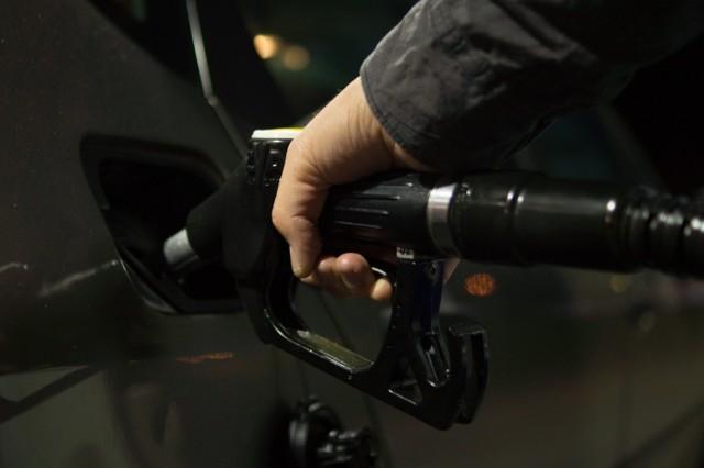 Urząd Ochrony Konkurencji i Konsumentów sprawdził jakość benzyny na ponad 500 stacjach paliwowych w Polsce. Wyniki są zaskakująco dobre – również w Poznaniu. Sprawdź, na których stacjach w mieście warto tankować ---->
