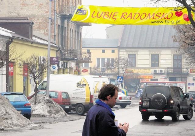 Nad ulicą Reymonta od niedawna wisi baner reklamujący Forum Samorządowo-Gospodarcze