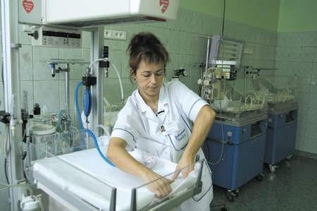 Siostra oddziałowa Dorota Pawlik zmienia pościel w łóżeczkach noworodków. Sala po remoncie wygląda zdecydowanie bardziej sympatycznie.
