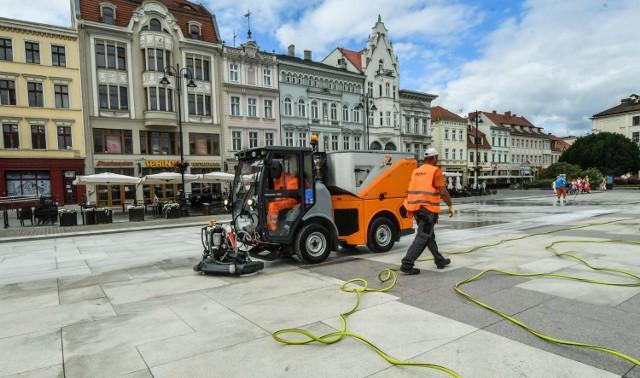 Utrzymanie zamiatarki sprzątającej bydgoskie Stare Miasto kosztuje rocznie ponad 60 tysięcy złotych. A efektów nie widać...