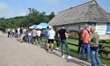 Masowe szczepienia przeciwko COViD-19 w Chacie Kocjana, pod zamkiem w Rabsztynie. Nagrodą zwiedzanie warowni za złotówkę. ZDJĘCIA
