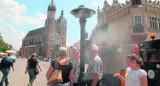 Kraków. Kurtyny wodne na placach sposobem na żar lejący się z nieba