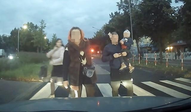 Rodzina na przejściu dla pieszych w Częstochowie awanturowała się z kierowcą.
