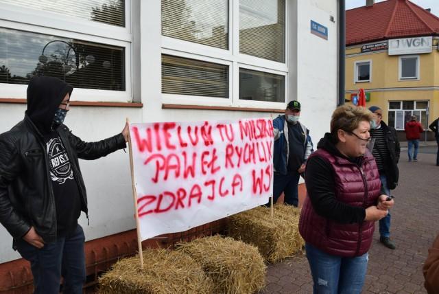 Protest rolników w Wieluniu. Ciągniki w centrum miasta i transparent pod biurem posła